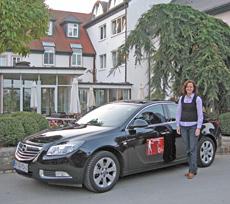 Deutschlands erste Wellness-Botschafterin bei Ihrer Ankunft im vom Europcar gesponsorten Wagen vor dem Wellness-Hotel in Speyer Quelle: beauty24