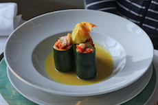 Gemüse als Fitnessquelle: Gefüllte Zucchini mit Paprikaschaum im Wellness-Hotel in Bad Schandau. Quelle: beauty24 GmbH