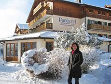 Deutschlands erste Wellness-Botschafterin, Nicola Appel, bei ihrer Ankunft vor dem Parkhotel Bayersoien, Quelle: beauty24 GmbH