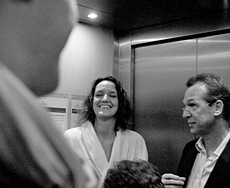 Einer von vielen pers�nlichen Momenten: Nicola Appel bei einer Aufzugfahrt mit beauty24-Mitarbeitern, Quelle: beauty24
