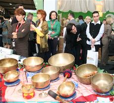 Klangschalen-Massage auf der weltgrößten Tourismusmesse in der Wellnesshalle 16 bei beauty24. Quelle: beauty24 GmbH