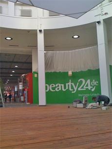 Der Stand (106) von beauty24 in der Wellnesshalle16 auf der ITB 2010 in Berlin ist nicht zu �bersehen. Direkt davor die Aktionsfl�che auf der sich die beauty24-Partnerhotels pr�sentieren, Quelle: Benjamin Krauss / beauty24