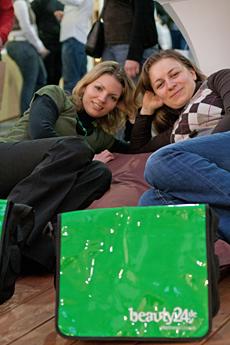 Direkt vor dem Stand von beauty24 lagen die Carpe Diem Sitzkissen bereit - die Besucher freuten sich über die gemütliche Entspannungsmöglichkeit auf der ITB 2010, Quelle: beauty24