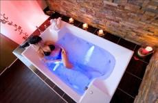 """Entspannung pur im """"Black Water Bad"""" mit Perlenmuscheln-Extrakten - Augen schlie�en und sich das Bad im Dunkeln vorstellen / Quelle: beauty24 GmbH"""