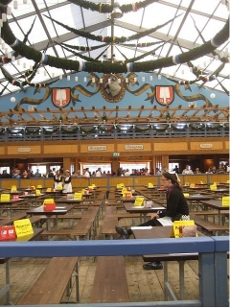 Unser Jochen war einer der ersten im weltberühmten Schottenhammel. Während die Massen warten mussten hielt er bereits die erste Maß in der Hand. Quelle: Jochen Hencke/beauty24