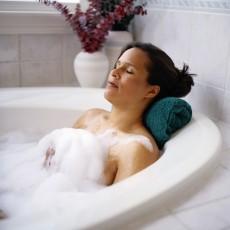 Ein heißes Bad am Abend wärmt und entspannt die Muskulatur / Quelle: beauty24 GmbH
