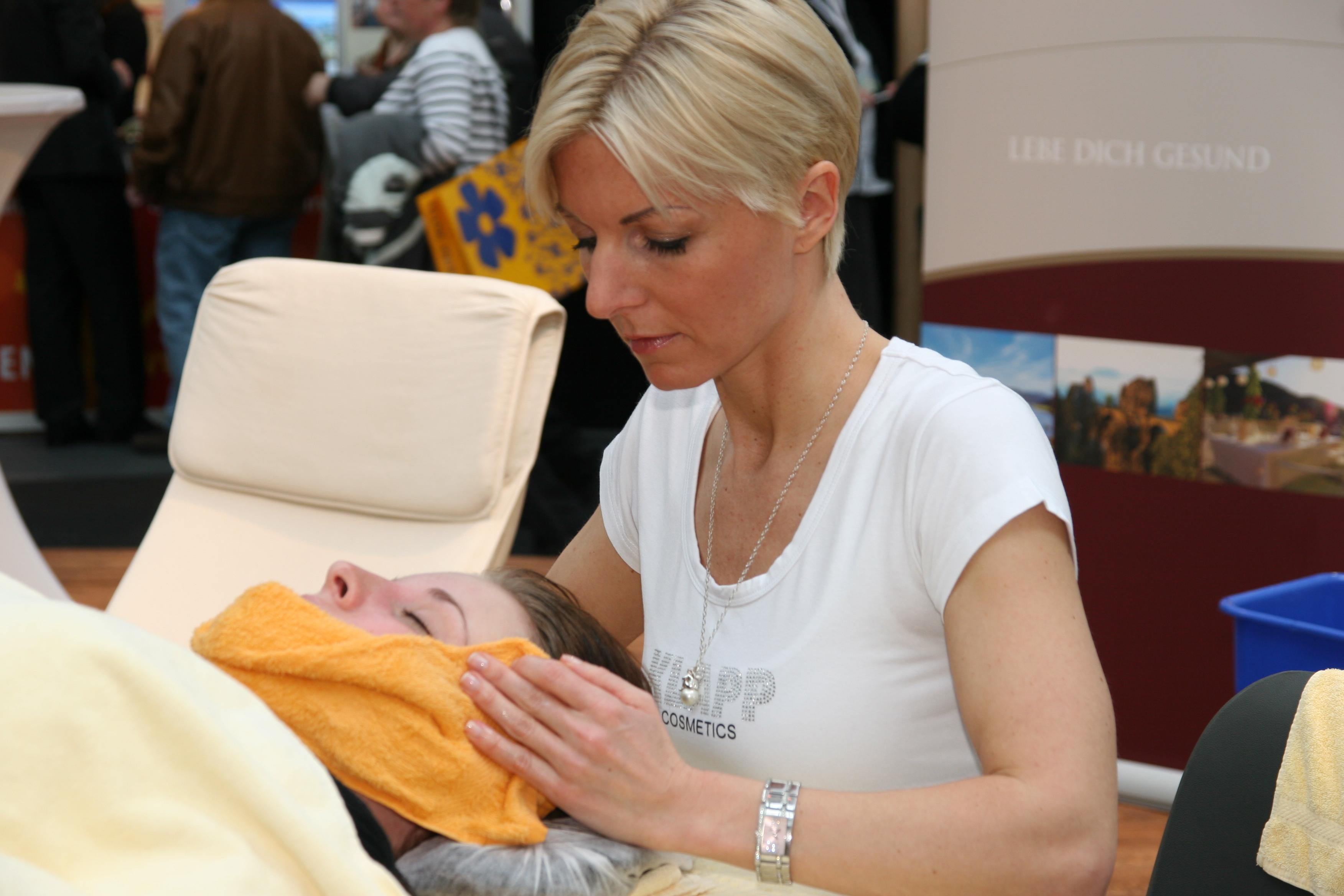 Entspannt mit uns und lasst euch vor Ort in der Wellnesshalle massieren / Quelle: beauty24 GmbH