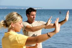 Bewegungs-, Meditations- und Atemübungen bilden die Basis von Qi Gong. Quelle: Wohlfühlhotel in Sellin/ Rügen / beauty24 GmbHBewegungs-, Meditations- und Atemübungen bilden die Basis von Qi Gong. Quelle: Wohlfühlhotel in Sellin/ Rügen / beauty24 GmbH