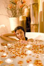 Entspannen Sie im Lulur-Blütenbad! Quelle: Thermenhotel bei Speyer / beauty24 GmbH
