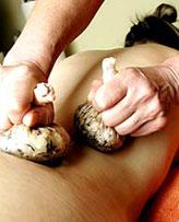 Genießen Sie Wellness mit einer Kräuterstempelanwendung! Quelle: Hotel & Beautystudio bei Chemnitz / beauty24 GmbH