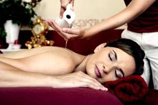 Beginnen Sie die Lulur-Zeremonie mit einer entspannenden Aromaöl-Massage! Quelle: Hotel / Therme in Erding bei München / beauty24 GmbH