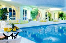 Entspannt im Pool die Bahn ziehen! Quelle: Vitalhotel in Bad Lauterberg / beauty24 GmbH