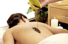 Entspannen Sie bei einer wohltuenden Hot Chocolate Massage!