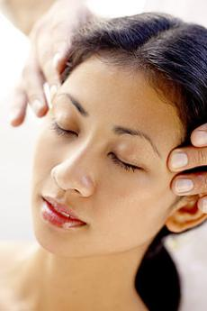 Entspannen Sie bei einer wohltuenden Shiroabhyanga-Massage!