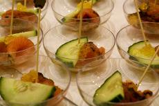 Räucherlachs, Gurke und ein Tropfen hochwertiges (Lein-)Öl schmeckt gut und ist gesund. Quelle: beauty24 GmbH