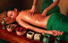 Eine wohltuende Massage im Spa-Bereich lässt Sie vom Alltag abschalten!