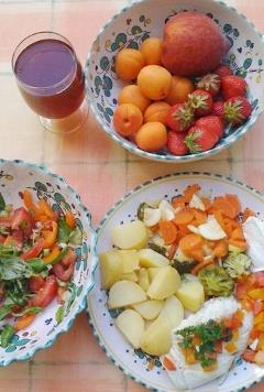 Es geht auch ohne Salz, schmackhaft & gesund: Kabeljaufilet in Weisswein/Paprikasauce an Pellkartoffeln, Broccoli, Zuccini und Karotten. Dampfgegart. Dazu Salat und Obst.