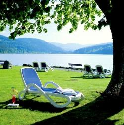 Hoteleigene Liegewiese mit Zugang zum Titisee im Schwarzwald und idyllischem Ausblick. Quelle: beauty24 GmbH, Verwöhnhotel am Titisee / Schwarzwald ****s