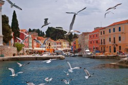 Pittoreske Hafenstädtchen säumen die Adria