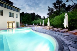 Der Außenpool bei Abenddämmerung / Quelle: Wellness-Resort in Bad Saarow - beauty24 GmbH