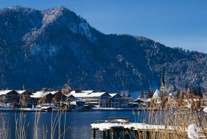 Blick auf den Tegernsee und die umliegenden Berge im Winter