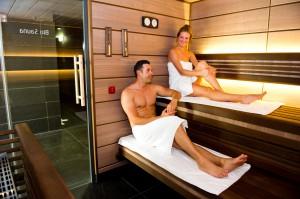 Zu Zweit die Sauna genießen