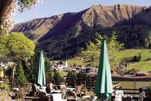 Blick von der Hotel-Terrasse auf die Bergformationen