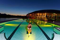 Abendliche Entspannung im Außenpool. Quelle: Wellnesshotel in Schwangau / beauty24 GmbH