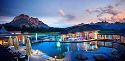 Wellness-Bild des Tages: Pool mit Bergblick. Quelle: Wellnesshotel in Schwangau / beauty24 GmbH