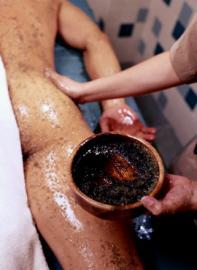Ein Kaffee-Peeling ist gut für das Bindegewebe