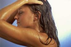 Eine Spülung nach jeder Wäsche hilft Ihrem Haar schon sehr