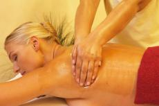 Entspannung bei einer wohltuenden Rückenmassage