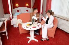 Ansto�en im romantischen Hotelzimmer