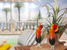 Cocktails trinken und am Pool relaxen