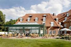 Außenansicht des Hotels mit Wintergarten & Seeterrasse