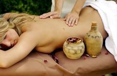 Eine wohltuende Rückenmassage mit Aromaöl