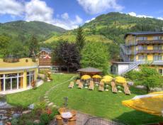 Die Hotelanlage mit Garten & Liegewiese