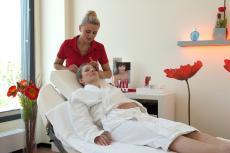 Eine pflegende Gesichtsbehandlung im Beauty-Center