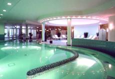 Entspannung im Schwimmbad mit Whirlpool des Hotels