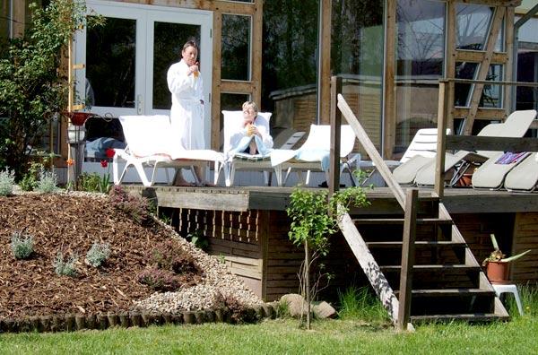 Entspannen Sie auf der Terrasse und genießen die Sonne. Quelle: Wellnesshotel in Arendsee / beauty24 GmbH