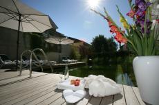 Die Gartenanlage mit Naturschwimmteich & Terrasse / Quelle: Wellness-Hotel in Bad Füssing - beauty24 GmbH