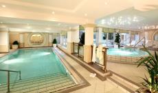 Thermal-Becken und Hot Whirlpool im Wellnessbereich / Quelle: Wellness-Hotel in Bad Füssing - beauty24 GmbH