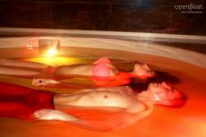 Zu zweit im Floatingbecken entspannen. Quelle: Wellness im Odenwald - beauty24 GmbH