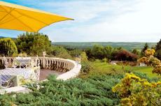 Die Panorama-Terrasse mit Blick auf das Kulmbacher Tal. Quelle: Wellnesshotel in Wirsberg, Frankenwald - beauty24 GmbH