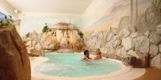 Der große Whirlpool mit Felsenwand. Quelle: Wellnesshotel in Wirsberg, Frankenwald - beauty24 GmbH
