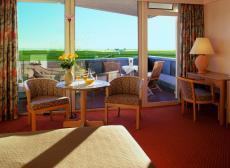 Gemütliches Zimmer mit Balkon zur Meerseite. Quelle: Wellness in St. Peter-Ording - beauty24 GmbH