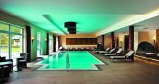 Der Innenpool des Hotels mit Farblicht. Quelle: Wellnesshotel in Oberjoch - beauty24 GmbH