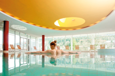 Im Panorama-Pool eintauchen und Körper und Geist revitalisieren. Quelle: Wellnesshotel in Bad Herrenalb - beauty24 GmbH