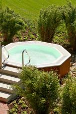 Im Außen-Whirlpool entspannen. Quelle: Wellnesshotel in Bad Zwischenahn - beauty24 GmbH