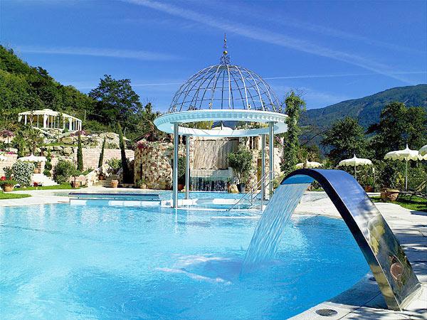 Im Panoramapool können Sie ganzjährig die fantastische Aussicht genießen. Quelle: Wellness-Hotel in Naturns bei Meran, Südtirol - beauty24 GmbH